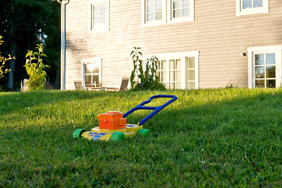 Alla i familjen hjälper till att hålla trädgården i skick